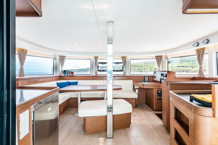 Lagoon 42: Fully equipped galley